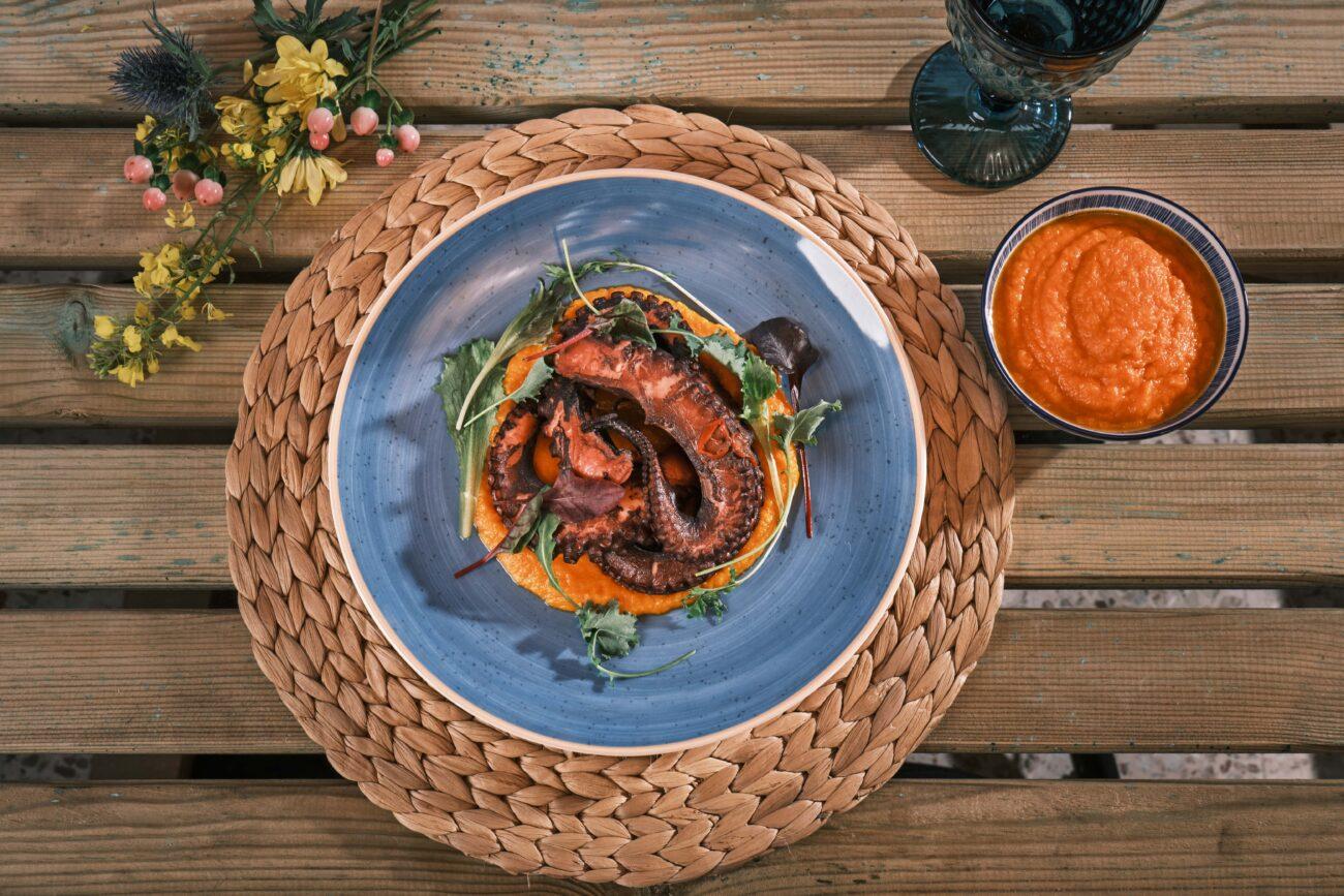 Πικάντικο Χταπόδι στο φούρνο με πουρέ από καρότο και κόκκινη πιπεριά