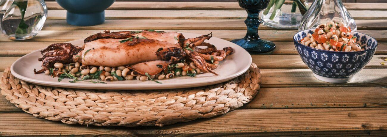 Καλαμάρια στο τηγάνι και Σαλάτα με Φασόλια Μαυρομάτικα