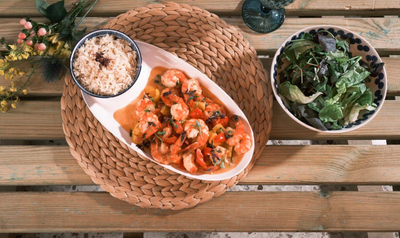 Γλυκές και πικάντικες γαρίδες με σάλτσα καρύδας σερβιρισμένες με ρύζι Mπασμάτι