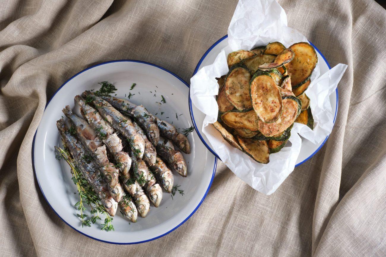 Σαρδέλες στη σχάρα μαριναρισμένες με Σκόρδο, ξύσμα Λεμονιού και φρέσκο Θυμάρι σερβιρισμένες με Τσιπς Κολοκυθιού